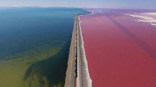 İki farklı rengiyle Utahın Büyük Tuz Gölü