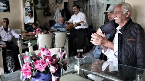 Ispartadaki çay ocağında mini orkestra eşliğinde çay dağıtılıyor