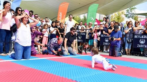 """İstanbul """"Ödüllü Emekleme Olimpiyatları"""" neşeli anlara sahne oldu"""