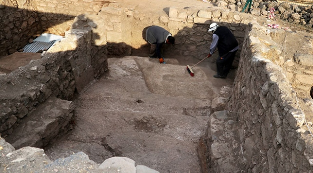 """Harput Kalesinde Urartu dönemine ait """"açık hava sunak alanı"""" bulundu"""