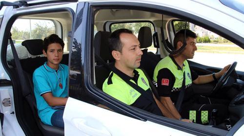 Servisi kaçıran ortaokul öğrencisini evine polis bıraktı