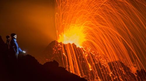 Fransada volkan patladı meraklılar lavları izlemeye akın etti