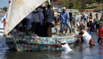 Kenyalıların plastik teknesi denizle buluştu