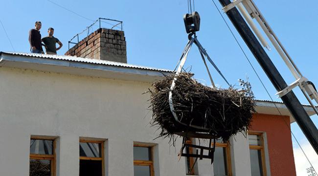 Yıkılacak binanın çatısındaki leylek yuvası taşındı