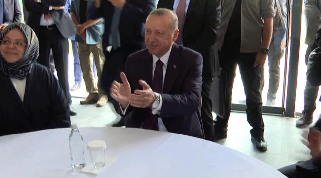 Cumhurbaşkanı Erdoğan şarkıya eşlik etti