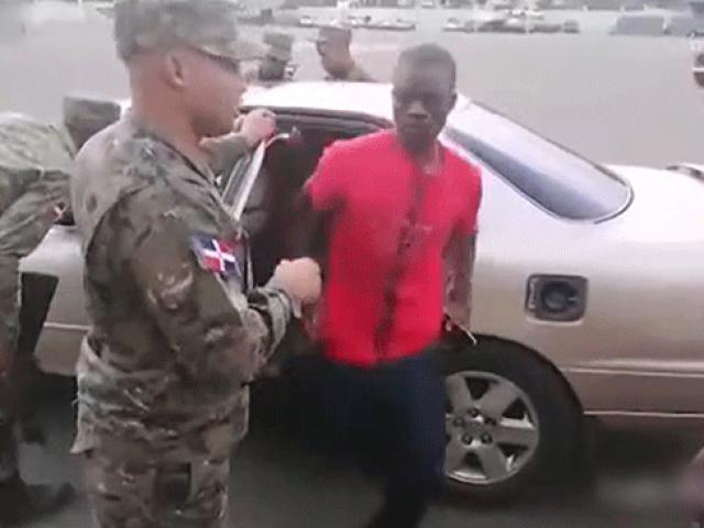 Kaçak göçmenleri taşıyan otomobilden 18 kişi çıktı