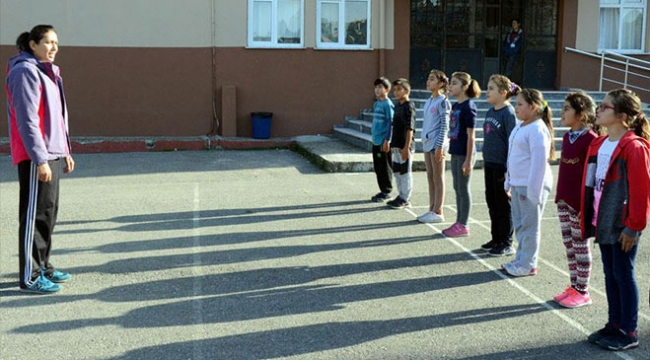 İlkokul öğrencilerine oyunla iç içe beden eğitimi dersi