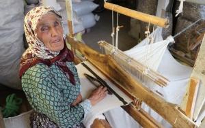 """Meraklıları için """"antika bez"""" üretiyor"""