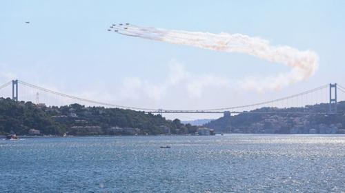 Türk Yıldızlarından İstanbul Boğazında gösteri