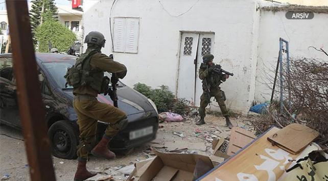İsrail askerleri Filistinli aileyi gözaltına aldı