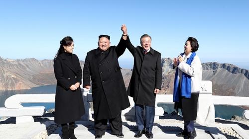 Güney ve Kuzey Kore liderleri yeniden el ele