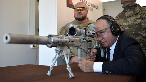 Putin, Kalaşnikofun keskin nişancı tüfeğini test etti