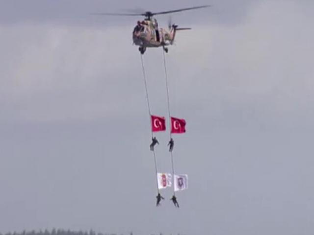 TSKnın paraşütçülerinden TEKNOFESTte üç farklı gösteri