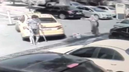 Tedavi için gittiği hastanede taksi çarptı