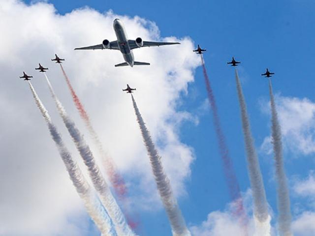 Türk Yıldızları ve Türk Hava Yolları uçağı birlikte uçtu