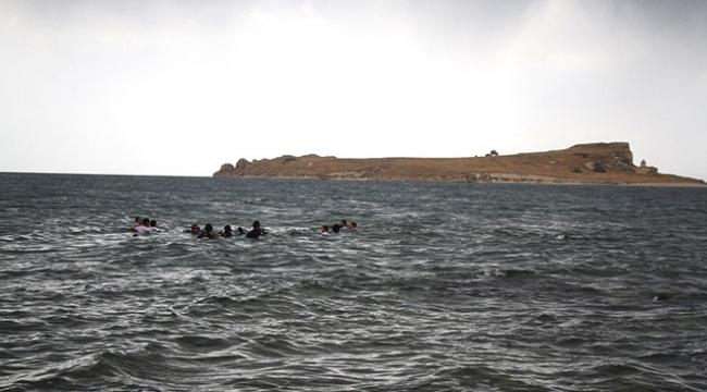 Van Gölünde Çarpanak Adasına antik yoldan yüzerek ulaştılar