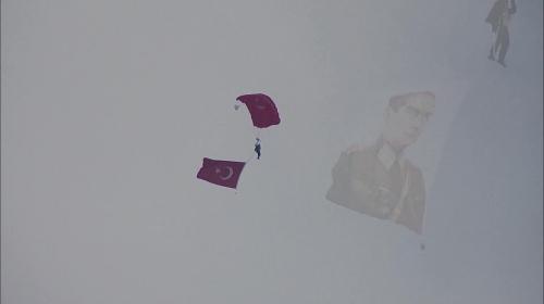 TEKNOFESTte paraşütle atlama gösterisi