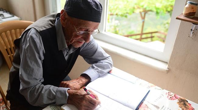 Ülkede ve köyünde yaşanan önemli olayları 70 yıldır deftere kaydediyor