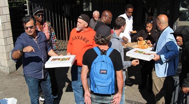 Ünlü pizzacı Torontodaki evsizlere pizza dağıttı