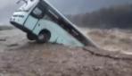 Hindistanda otobüs nehirde böyle sürüklendi