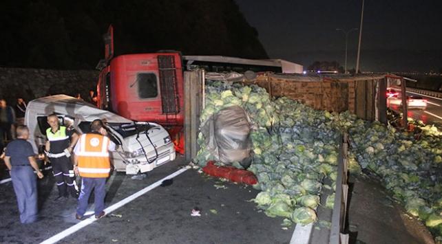 Sebze yüklü kamyon minibüsün üzerine devrildi: 2 yaralı
