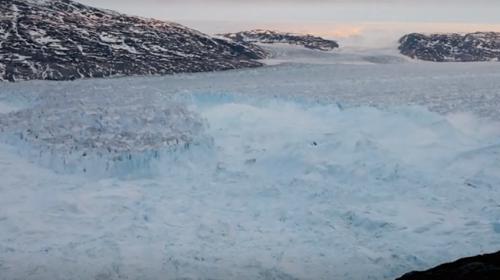 Grönlanddaki buzul kütlesinin kopma anı görüntülendi