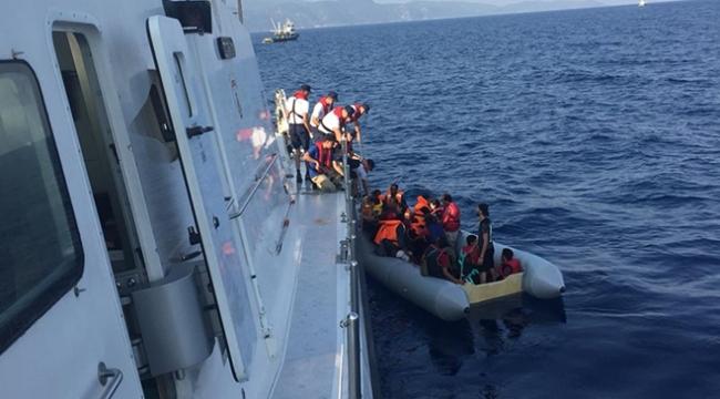 Botları su alan düzensiz göçmenler son anda kurtarıldı