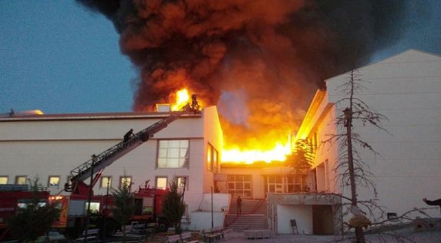 Konyada kız öğrenci yurdunun çatısında yangın