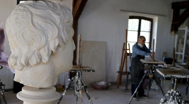 Sanat aşığı emekliler heykel bölümünde eğitim görüyor