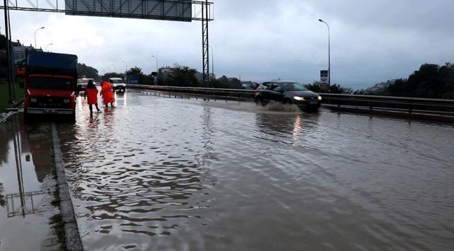 İstanbulda şiddetli yağış: Toprak kaydı, Elmalı Deresi taştı