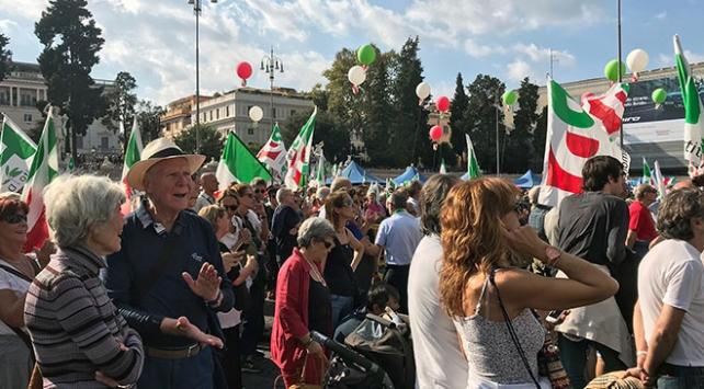 İtalyada hükümet karşıtı büyük miting