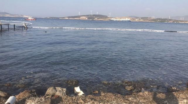 Foçada denize sızan akaryakıt temizlendi