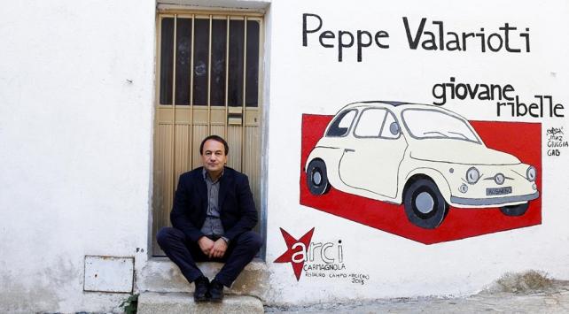 İtalyada göçmenlere kolaylık sağladığı için ev hapsine alınan belediye başkanına destek gösterisi 35