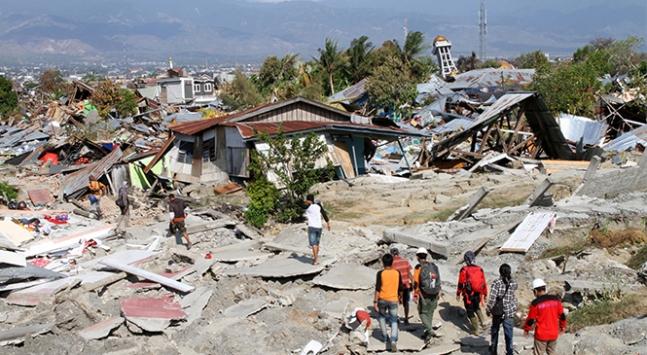Endonezyada depremin yaraları sarılmaya çalışılıyor
