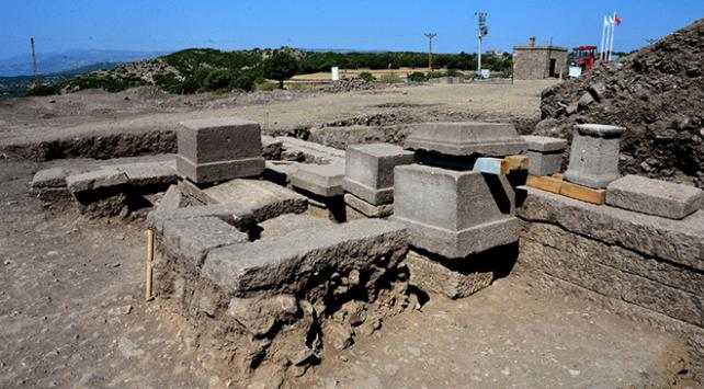 Assos Antik Kentinde 2 bin 300 yıllık aile mezarı bulundu