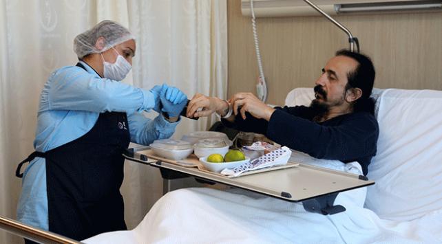 Hastaya özel hazırlanan yemekler barkod sistemiyle dağıtılıyor