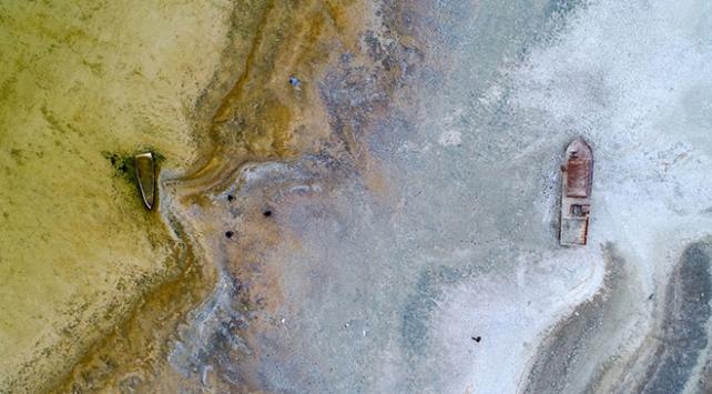 Van Gölünde sular çekildi, ortaya tapulu araziler ile batık tekneler çıktı