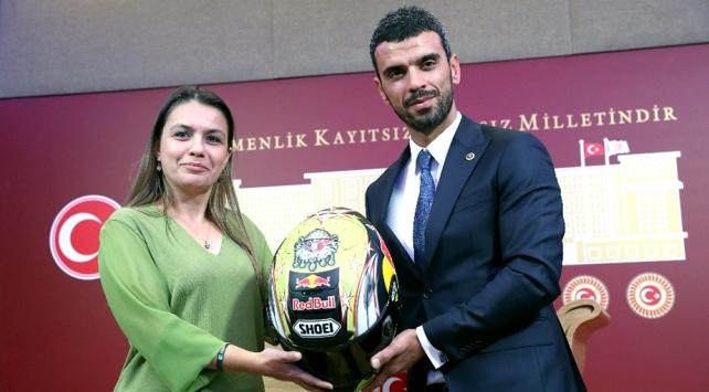 AK Parti Sakarya Milletvekili Sofuoğlu kaskını Yeşilaya bağışladı
