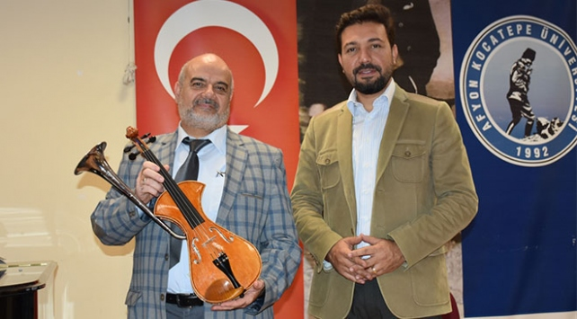 Yaptığı borulu lale kemanı İbrahim Alimoğlu Müzik Müzesine hediye etti