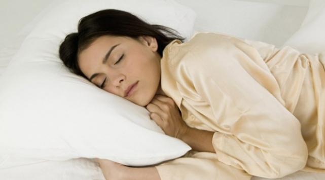 Türklerin yüzde 50si yan ve sağ tarafına yatıyor