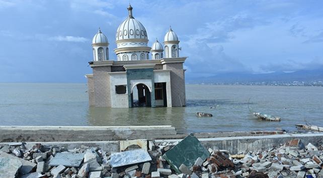 """Endonezyadaki afet """"yüzen cami""""yi yıkamadı"""