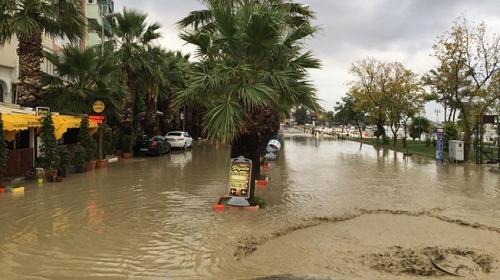 İstanbul Silivride su altında kalan sahil yolu havadan görüntülendi