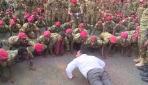Etiyopya Başbakanı kendisini protesto eden askerlerle şınav çekti