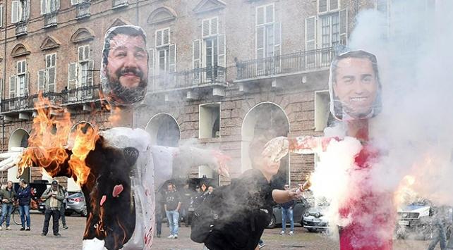 İtalyada öğrenciler hükümetin eğitim planını protesto etti