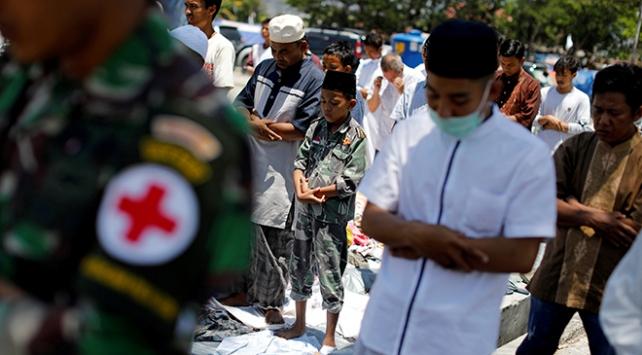 Endonezyalılar kaybettikleri yakınlarının yasını tutuyor