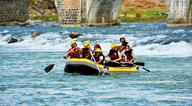 Muşta öğrencilerin rafting ve kano heyecanı