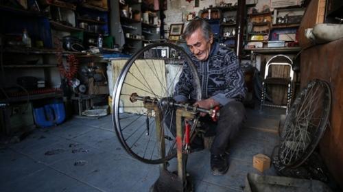 Bisiklet tamircisi çocukların mutluluğunu paraya değişmiyor