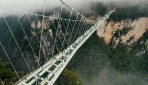 Çinde nefes kesen cam tabanlı asma köprü ziyaretçilerini ağırlıyor