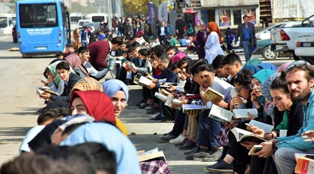 Muşta 10 bin öğrenci kaldırımda 3 saat kitap okudu
