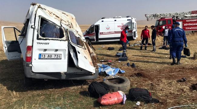 Kayseride düzensiz göçmenleri taşıyan araç kaza yaptı